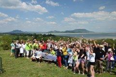 A Háromlábú Fesztivál boldog csapatai a Szépkilátói panoráma előtt